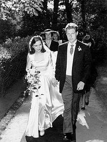 220px-Wedding_day_photo_of_Paulina_Longworth_and_Alexander_McCormick_Sturm[1]